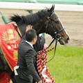 Photos: [140420中山11R皐月賞]ペタペタをされて表彰式に向かうイスラボニータ