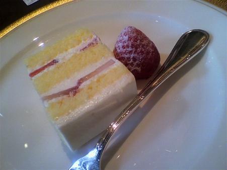 カットされたウェディングケーキ