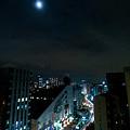 写真: 月下の東京