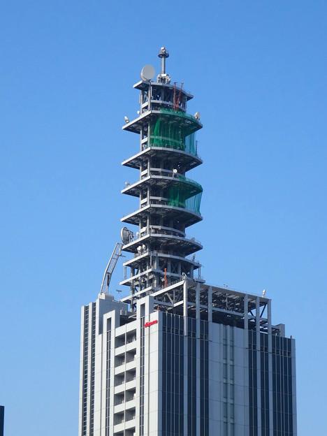 NTTドコモ名古屋ビル 最上部に、謎の「V」!?…と思ったら、クレーン! - 1