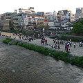 写真: 鴨川には学生がいっぱい