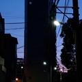 写真: 夜明けにそびえる…