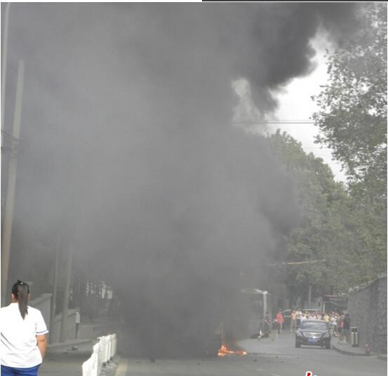 炎上するバス 北京での出来事 (4)