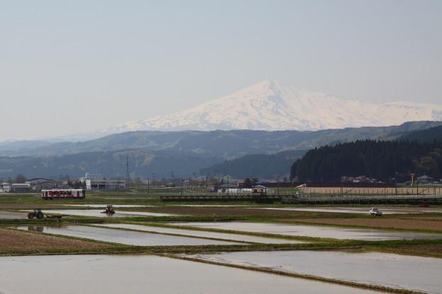 Photos: 由利高原鉄道と鳥海山