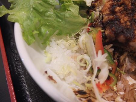 和食処 汐路 ソースかつ丼 サラダの下の様子
