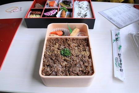 米沢名物牛丼弁当 「牛肉どまん中」