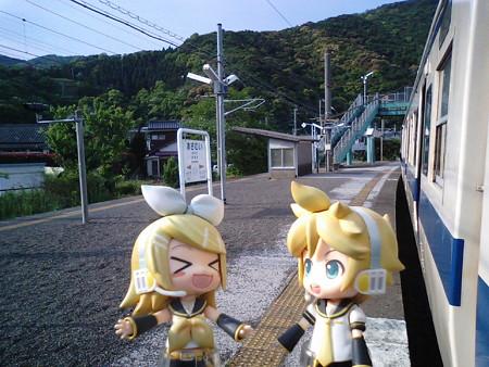 浅海井駅に停車。 リン:「ムムッ?! 我をあざむいたな?!」 レン...