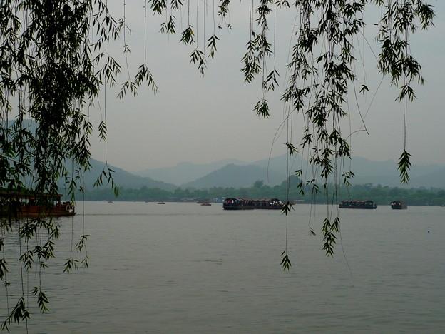 杭州西湖・しだれ柳と遊覧船