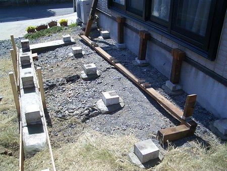 ウッドデッキ (束柱と根太の設置)