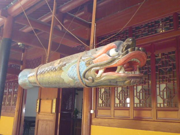 爪叩くや愛すべき面構え 天童寺魚板 Wooden fish