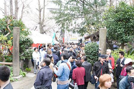 神社の参拝に来た人々
