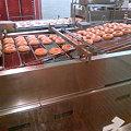 写真: クリスピークリームドーナツ ドーナツ工場