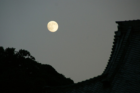 満月と山門光明寺1013s