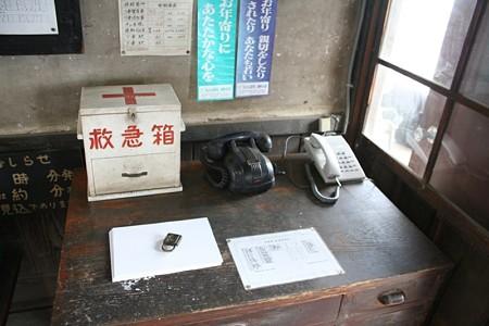 騰波ノ江駅の駅事務室の机