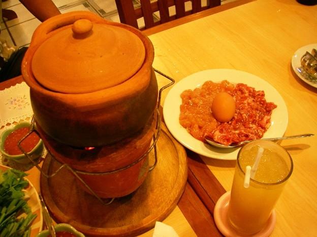 写真: チムチュムの土鍋と肉