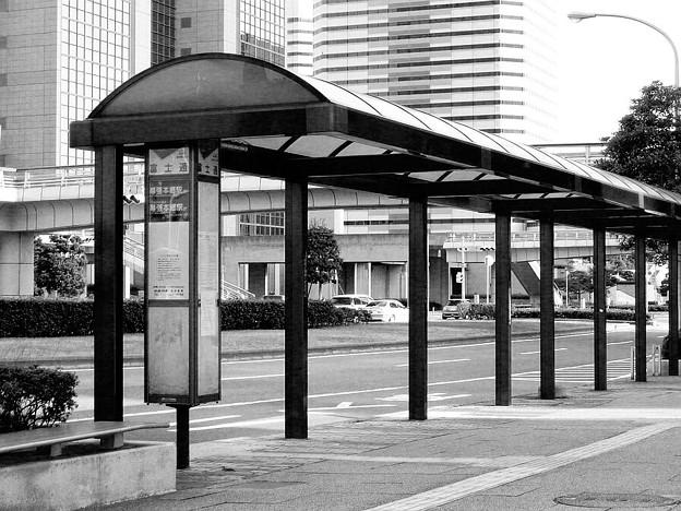 バス停 モノクロ