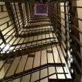 写真: 見上げる階段