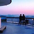 写真: ☆展望台から瀬戸の夕景を撮影する二人連れ in 千光寺山公園
