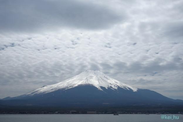 曇り空でも輝く富士山