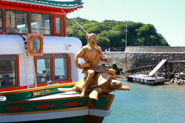 遊覧船 竜宮城 船首はカメに乗った浦島太郎