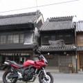 写真: 古い町並みとFZ6