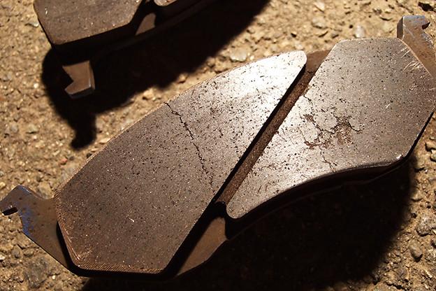 写真: ブレーキパッドのひび割れ1