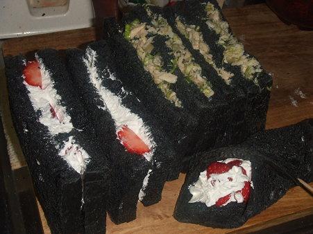 竹炭パンのサンドイッチ♪