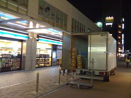 2008年7月27日小田急線鶴川駅前