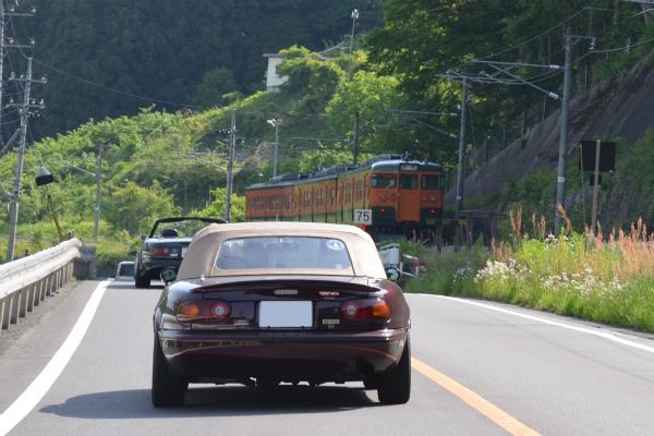 電車と並走するVRリミテッドA&Bのロードスター
