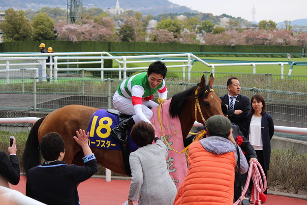 関係者と握手をする川田さん