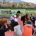 写真: 関係者と握手をする川田さん