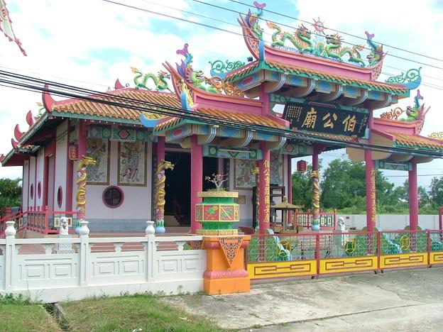 写真: 車窓からー中国寺院